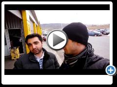 Клиент из Азербайджана покупает автомобиль на авторынке в Грузии